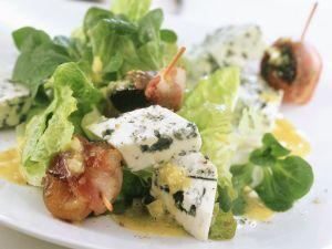 Blattsalat mit Blauschimmelkäse dazu Aprikosen und Pflaumen im Speckmantel Rezept