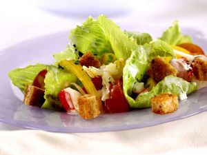 Blattsalat mit Croutons Rezept