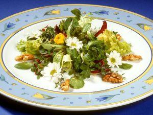 Blattsalat mit Essblüten Rezept