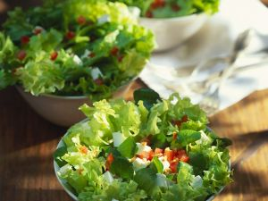 Blattsalat mit Feta und Tomaten Rezept