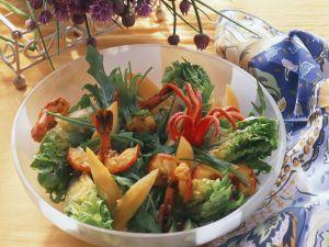 Blattsalat mit Garnelen und Mangospalten Rezept