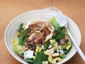 Blattsalat mit gebratener Pute und Pilzen Rezept