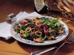 Blattsalat mit Geflügelleber und Pilzen Rezept