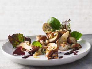 Blattsalat mit gemischten Pilzen Rezept