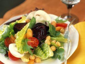 Blattsalat mit Gemüse und Kichererbsen Rezept
