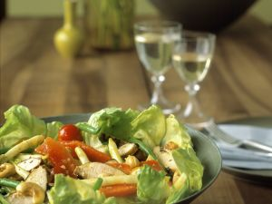 Blattsalat mit Hähnchen und Gemüse Rezept