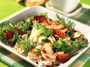 Blattsalat mit Hähnchenbrustfilet und Senf-Joghurt-Dressing Rezept
