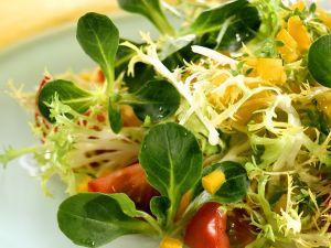 Blattsalat mit Kresse und Paprika Rezept