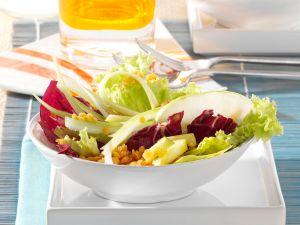 Blattsalat mit Linsen und Staudensellerie Rezept