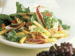 Blattsalat mit Nudeln und Hähnchenbrust Rezept