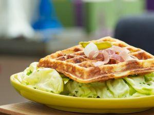 Blattsalat mit pikanten Waffeln Rezept