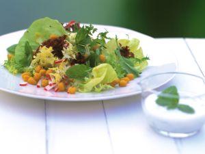 Blattsalat mit Radieschen und Kichererbsen Rezept