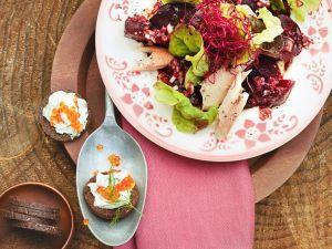 Blattsalat mit Roter Bete und Räucherfisch Rezept