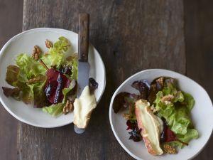 Blattsalat mit Rotweinbirne und Epoisses de Bourgogne Rezept