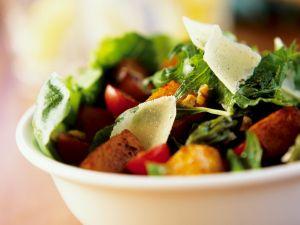 Blattsalat mit Tofu und Tomaten Rezept