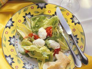 Blattsalat mit Tomaten und pochiertem Ei Rezept