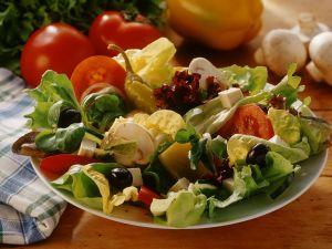 Blattsalate mit Gemüse und Käse Rezept