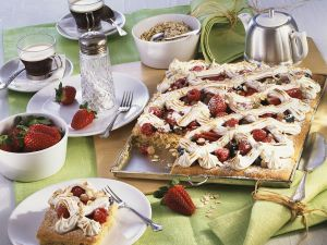 Blechkuchen mit Beeren und Baiser Rezept