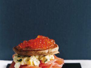 Blini-Lachs-Sandwich mit Eiersalat Rezept