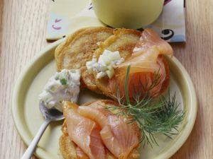 Blinies mit geräuchertem Lachs und Meerrettichdip Rezept