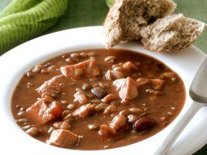 Bohnen-Schinken-Suppe mit Brot Rezept
