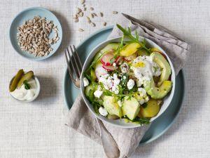 Bowl mit Kartoffeln, Gurken, Avocado und Feta Rezept