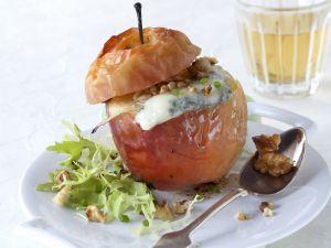 Bratapfel mit Blauschimmelkäse und Nüssen Rezept