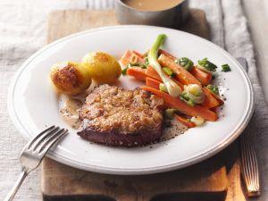 Braten mit Senfkruste, Gemüse und Bratkartoffeln Rezept