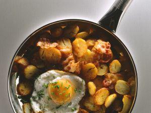 Bratkartoffeln mit Speck und Ei Rezept