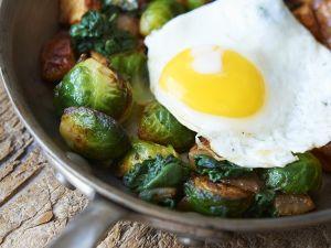 Bratkartoffeln, Spiegelei und Rosenkohl Rezept