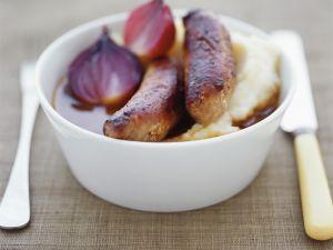 Bratwürsten mit Kartoffelbrei und Zwiebelsoße Rezept