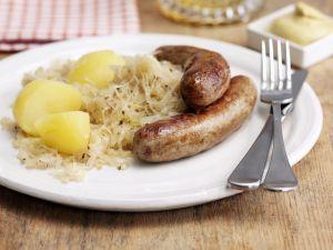 Bratwurst mit Sauerkraut und Salzkartofflen Rezept