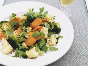 Brokkolisalat mit Blumenkohl und Möhren Rezept