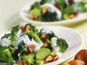 Brokkolisalat mit Haselnüssen und Joghurtdressing Rezept