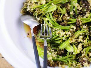 Brokkolisalat mit Knoblauch, Ingwer und Nüssen Rezept
