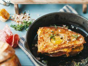 Brot gebraten mit Ei und Wurst Rezept