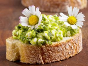 Brot mit grünem Hüttenkäse und Gänseblümchen Rezept