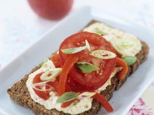 Brot mit Hummus & Tomaten Rezept