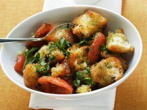 Brot-Tomaten-Salat mit Pesto Rezept