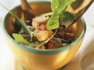 Brotsalat mit verschiedenem Gemüse und Basilikum Rezept