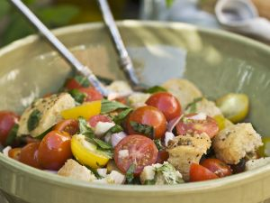 Brotsalat mit Zwiebeln, Tomaten und Basilikum (Panzanella) Rezept