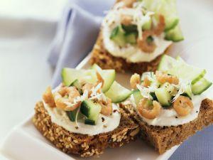 Brotschnittchen mit Gurken und Krabben Rezept