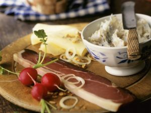 Brotzeit nach Tiroler Art mit Speck, Käse und Schmalz Rezept