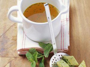 Brühe mit Erbsen-Minz-Eierstich Rezept