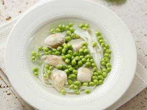 Brühe mit Hähnchen und Erbsen Rezept