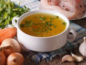 Suppe, Brühe, Eintopf: So löffeln Sie richtig!