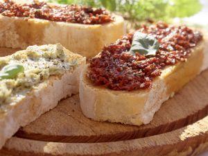 Bruschetta mit Knoblauch- und Paprika-Tomaten-Paste Rezept