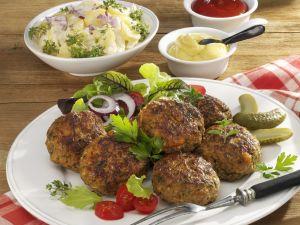 Buletten mit Kartoffelsalat, Ketchup und Senf Rezept