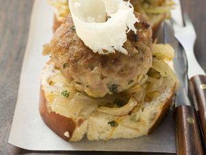 Buletten und Kartoffel-Gurken-Salat mit Brezentaler Rezept