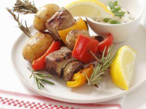 Bunte Spieße mit Schweinefilet, Paprika und Pilzen Rezept
